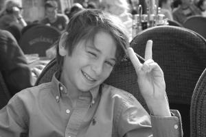 un jeune touriste victorieux place Wenceslas