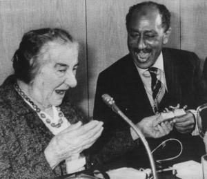 Visite d'Anouar El-Sadate (1918-1981), homme d'Etat Ègyptien, en Israel. Golda Meir (1898-1978), ancienne Premier ministre israÈlienne lui offrant un cadeau. 21 novembre 1977.